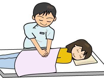 腰のマッサージを受ける女性(リハビリ・整体)
